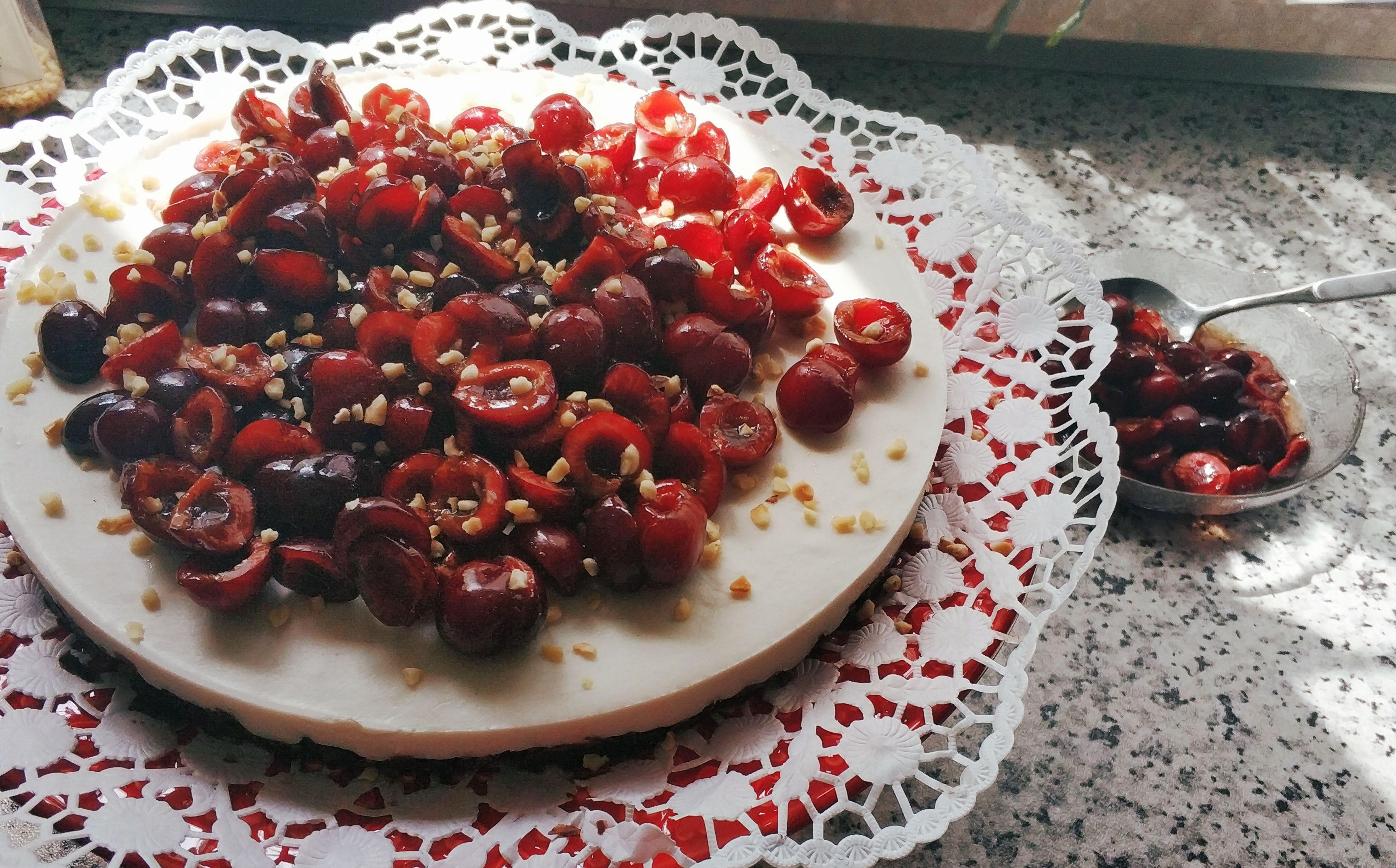 Crispy cheese(less)cake with cherries